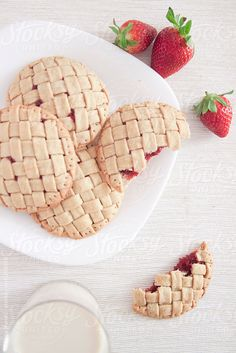 ... homemade biscuits with strawberries filling by Nataša Mandić ... recipe: http://www.happygreenfood.com/biscotti-con-fragole/