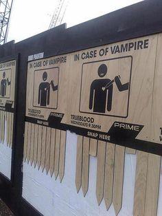 """Manifesti di legno per la promozione della serie TV """"True Blood"""" con istruzioni da seguire in caso di vampiri.  http://www.webhouseit.com/advertising-creativi/true-blood-vampire/"""