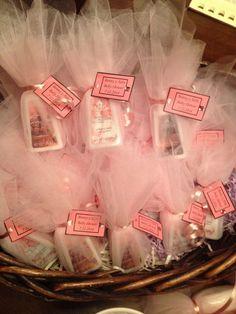 hand sanitizer baby shower favor > Muchísimas ideas impresionantes como ésta en este tablero. 😉