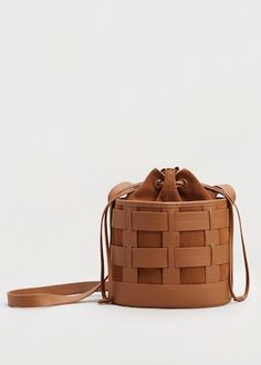 Leather bucket bag in a minimalist woven pattern with suede insert. Tote Handbags, Leather Handbags, Accesorios Casual, New Shape, Unique Bags, Leather Bags Handmade, Small Bags, Luggage Bags, Fashion Bags