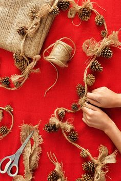 Rustic Pinecone Garland - Tie gold-painted pinecone ornaments onto a string of twine, then top each off with a burlap bow for a simple, beautiful holiday garland. Burlap Crafts, Christmas Projects, Holiday Crafts, Christmas Ideas, Natural Christmas Decorations, Natural Christmas Tree, Xmas Tree, Outside Xmas Decorations, Chritmas Diy
