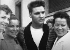 Elvis fans : The star in the circle of admirers outside his home in Bad Nauheim .