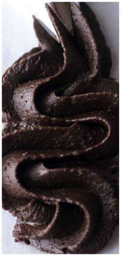 Dark Chocolate Buttercream ~ The perfect cake and cupcake topping for chocolate lovers everywhere. Comes together in just 10 minutes. Dark Chocolate Cakes, Chocolate Icing, Homemade Chocolate, Chocolate Lovers, Chocolate Heaven, Icing Recipe For Cake, Chocolate Buttercream Recipe, Frosting Recipes, Icing Tips
