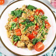 Kaszotto to wspaniałe danie jednogarnkowe, które szykuję z kaszy gryczanej, kurczaka i warzyw. Przepis jest sprawdzony i bardzo prosty a obiad pyszny i szybki do zrobienia. To rewelacyjne kaszotto z kurczakiem. Meat Recipes, Cooking Recipes, Healthy Recipes, Calzone, Slow Food, No Carb Diets, Fried Rice, Pasta Salad, Risotto
