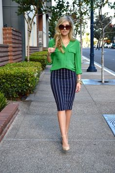 Love the skirt and shirt combo I have trousers like this skirt, would look great with this green blouse Business Outfits, Office Outfits, Look Fashion, Fashion Outfits, Womens Fashion, Skirt Outfits, Cute Outfits, Look Office, Classic Outfits