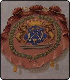Hauszeichen und Tuchmacherwappen www.vogtshaus.de;  barocke Lüftelmalerei. Das Wappen der Tuchmacher besteht hier aus 2 gekreuzten Woll- bzw. Fachbögen, 2 pilzförmigen Distelkarden, einem Siegelhammer und 2 Weberschiffchen. Schildhalter sind 2 Löwen, die eine Krone mit 5 Perlenzinken halten, umgeben von einem Lorbeerkranz.