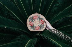 Grav Grav is a brand created by Merve Burma, a young turkish designer. She imagines handbags, backpack and purses by using an uncommon material : wood. She ads beautiful embroidered patterns, paying tribute to nature like a hummingbird, a roses crown or a pineapple.