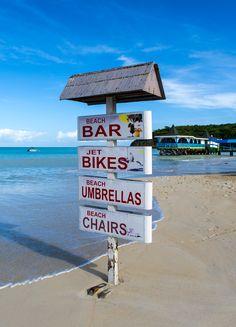 Der Wegweisweiser am Strand von Antigua hilft Touristen sich schnell zurecht zu finden :)