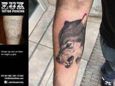Cover up con un lobo en negro y gris.