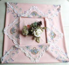 Ancienne nappe à thé fond rose & panier fleuri 1950