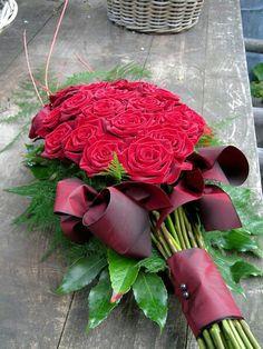 Red Rose Sheath for Memorial Service Arrangements Funéraires, Funeral Flower Arrangements, Christmas Arrangements, Funeral Flowers, Deco Floral, Arte Floral, Floral Design, Funeral Sprays, Cemetery Decorations