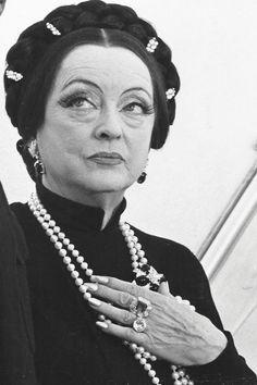 Bette Davis in Madame Sin, 1972.