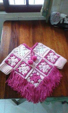 poncho met mouwtjes en ingebreide kabel muts met bloem en lintje