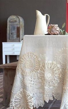 DIY Deckchen Bastelideen - Tischdecke - idea the world training craft craft diy craft for kids craft no sew craft to sale Doilies Crafts, Lace Doilies, Crochet Doilies, Fabric Crafts, Sewing Crafts, Sewing Projects, Diy Projects, Diy Crochet Tablecloth, Yarn Crafts