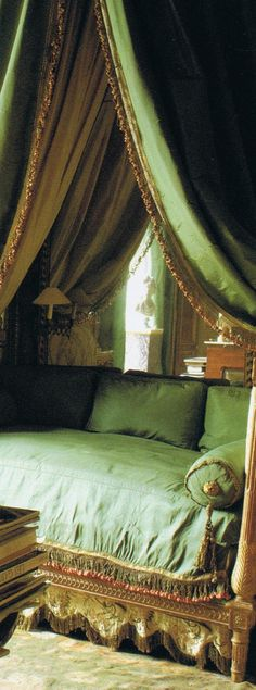 The bed of Duchesse de Mouchy - soft green sette with canopy