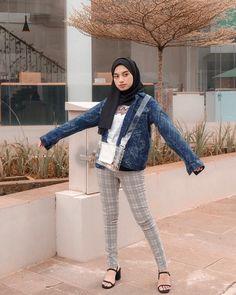 Hellaw,gimana liburan seharinya? ____ • keren bgt jaketnyaa!! Harus bgt beli di @clothingbynz ‼️🔫Banyak bgt jaket jeans yg unik☹️🧡 Casual Hijab Outfit, Ootd Hijab, Casual Outfits, Jaket Jeans, Hijab Fashionista, Office Style, Office Fashion, Levis, Quotes