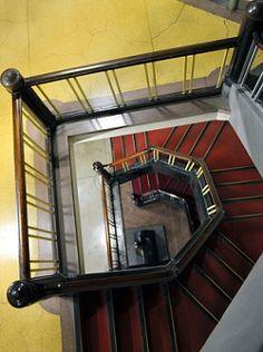 岩手医科大学一号館 角張ったらせん階段。手すりは新築当時のままだという