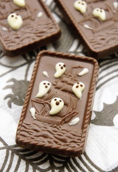 Add piped detail to molded chocolate Bento Recipes, Sweets Recipes, Desserts, Helloween Party, Halloween Sweets, Japanese Sweets, How Sweet Eats, Cute Food, Food Design