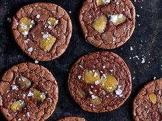 Chokladcookies med kolafudge och flingsalt