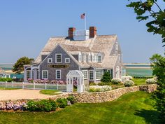 🌟Tante S!fr@ loves this📌🌟Riptide is a beloved Cape Cod house. It sits proudly between Shore Road, Chatham's grand waterfront boulevard, and Chatham Harbor, and won the BRICC Gold… Coastal Farmhouse, Coastal Cottage, Coastal Homes, Ocean Homes, Nantucket Cottage, Coastal Living Rooms, Coastal Decor, Nantucket Style Homes, Beach Cottage Style