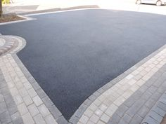 Birmingham based Oakleaf Driveways Limited have over 50 years experience and are specialist installers of black tarmac drives and driveways. Block Paving Driveway, Driveway Border, Resin Driveway, Asphalt Driveway, Front Garden Ideas Driveway, Modern Driveway, Driveway Landscaping, Concrete Driveways, Concrete Patio
