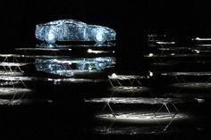 写真:レクサスのアート展。透明なアクリルでできた実寸大の車のオブジェの周りに、透明アクリルのいすが並ぶ=伊ミラノ・ペルマネンテ美術館