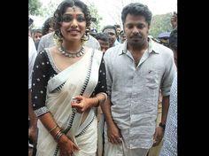 Black and silver Kerala saree.luv all the accessories, the hair. Onam Saree, Kasavu Saree, Handloom Saree, Silk Sarees, Set Saree Kerala, South Indian Sarees, White Saree Blouse, Saree Dress, Set Mundu Kerala