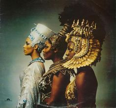 The Ritchie Family was group popular during the disco era. This photo is the album cover for their fourth album titled, African Queens. Egyptian Queen, Egyptian Art, Mandala Lunar, The Ritchie Family, Orishas Yoruba, Egyptian Fashion, Ancient Egypt Fashion, African Royalty, Art Antique