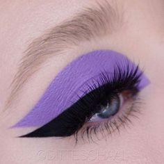 purple colour block eye make up and winged eyeliner makeup morado Eye Makeup Art, Mac Makeup, Cute Makeup, Pretty Makeup, Eyeshadow Makeup, Beauty Makeup, Alien Makeup, Eyeshadow Pencil, Devil Makeup