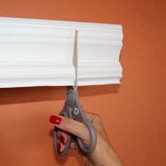 Easy Crown Molding Peel and Stick Crown Molding, The Best of interior decor in - Home Decoration - Interior Design Ideas Home Renovation, Home Remodeling, Remodeling Companies, Easy Crown Molding, Molding Ideas, Crown Molding Bathroom, Bathroom Baseboard, Diy Molding, Diy Wand