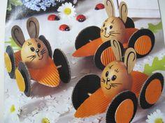 """Paashaas/ei op een wortelkarretje ( ei is """"vast""""te zetten met een stukje dubbelzijdig foamplakband/ tochtstrip)"""