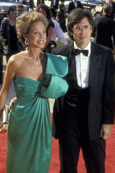 1987 Emmys — Mary Tyler Moore wearing an emerald green gown while arriving w/ her husband, Dr. Mary Tyler Moore, The Emmys, Strapless Dress Formal, Formal Dresses, Haute Couture Dresses, Red Carpet Looks, Red Carpet Dresses, Classic Hollywood, Gowns