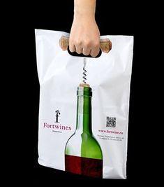 Bolsas con un diseño original que emula que la mano está haciendo la función de descorchar.