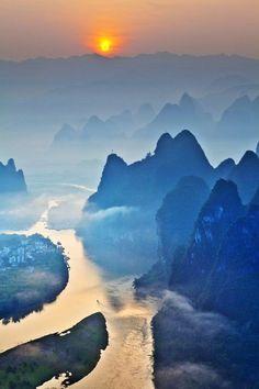 Lijiang River at sunrise - Guangxi, China Travel and see the world Theme Nature, All Nature, Guilin, Beautiful World, Beautiful Places, Wonderful Places, Places To Travel, Places To Go, Beau Site