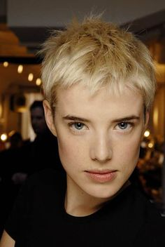 I love this short blonde pixie haircut and the good new is: I have an appointment with my hairdresser this afternoon :)