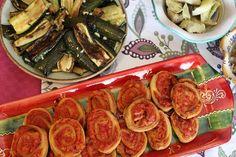 Inspirationen till de här härliga munsbitarna kommer från Galicien i Spanien. Där gör man empanadas de atún, vilket i praktiken är en inbakad tonfisk- och tomatröra. Men jag tycker att de är lite s… Empanadas, Tapas, Zucchini, Vegetables, Food, Sevilla Spain, Essen, Empanada, Vegetable Recipes