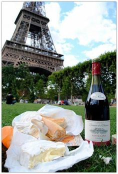 Next time I'm in paris this is happening. Wine, Cheese and Baguette Picnic in front of the Eiffel Tower Oh Paris, I Love Paris, Paris 2015, Beautiful Paris, Paris Girl, Montmartre Paris, Paris Cafe, Paris Travel, France Travel