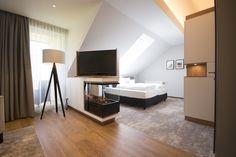 Unsere neuen Moselsuite mit #Sterneguckerfenster, elektrischem #Kamin, großzügigem #Wohnbereich und tollem #Marienburgblick Flat Screen, Living Area, Flat Screen Display