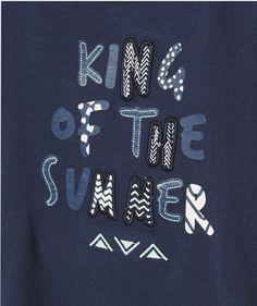 LE TEE-SHIRT BERCEAU :                     Un tee-shirt imprimé pour votre petit aventurier ! Il ira parfaitement avec un bermuda !            LE TEE-SHIRT IMPRIME, col rond, manches courtes, fermeture par pressions au dos.