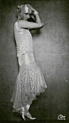 castaroundlesmodes:  Mlle Yvette Laurent, 1928. Robe par De...