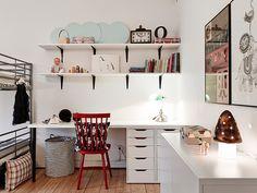 Wiszące półki w dziecięcym pokoju,kącik z biurkiem dla dzieci,białe meble dzieciece,czerwone krzesło z drewna,meble dla dzieci,szary kolor w dziecinnym pokoju,pokój dla dzieci,aranzacja pokoju dziecięcego,jak urzadzić pokój dla dwójki dzi