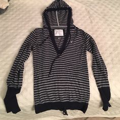 Sweater top Warm and fitted with drawstring waist and hood American Eagle Outfitters Sweaters V-Necks