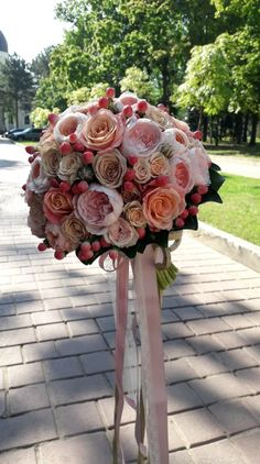 #Trandafiri #Cappuccino, trandafiri #Camel, trandafirași #Sahara în combinație cu trandafiri roz #DavidAustin și #hipericum în #BuchetulMiresei de la meșterii a FlorArt-ului Bouquet, Crown, Bridal, Fashion, Moda, Corona, Fashion Styles, Bouquet Of Flowers, Bouquets