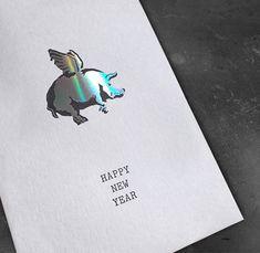 Glück im neuen Jahr. Mit Glücksschwein und Hologramm-Heißfolienprägung. Gedruckt in Druckerei SCHÖNDRUCK Letterpress in Wien. Letterpress, Happy New Year, Hot, Print Store, Business Cards, Invitations, Nice Asses, Letterpress Printing, Letterpresses