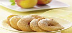 Mehl, Stärke, 50 g Puderzucker und Salz mischen. Ei leicht verquirlen, mit Bier verrühren und nach und nach unter die Mehlmischung rühren, bis ein glatter Teig entsteht. 15-20 Minuten quellen lassen.    Äpfel waschen, die Kerngehäuse mit einem Ausstecher entfernen. Äpfel quer in ca. 1 cm dicke Scheiben schneiden und leicht in Mehl wenden. Rapsöl in einer tiefen Pfanne erhitzen, bis an einem Holzstiel, den man hineinhält, Blasen aufsteigen. Apfelringe portionsweise durch den Bierteig ziehen…