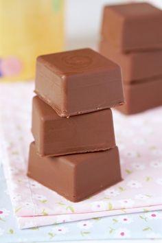 Bombom pão de mel | Flamboesa Fudge Recipes, Fruit Recipes, Cake Recipes, Mini Tortillas, Chocolates, Food Truck, Chocolate Chip Cookies, Deserts, Food And Drink
