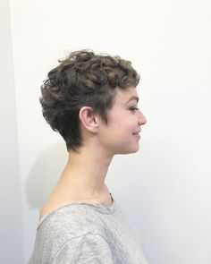 Pixie hairstyles 635289091167953224 - A pixie hairstyle might seem, but a pixie cut is a gorgeous look for someone who wants to try something new with their hair. Taking the plunge might b… Source by shorthairstylescom Pixie Cut Curly Hair, Short Curly Pixie, Curly Pixie Hairstyles, Short Curly Haircuts, Cut My Hair, Curly Hair Styles, Wavy Pixie Haircut, Hairstyle Short, School Hairstyles