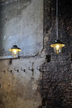 Elements of #industrial #interior Beautiful rustic walls and lamps.