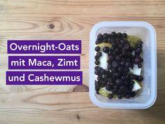 Leckeres Frühstück für unterwegs: Haferflocken mit Maca, Zimt, Cashewmus und Früchten. Einfach am Abend vorher zubereiten und am nächsten Morgen genießen.