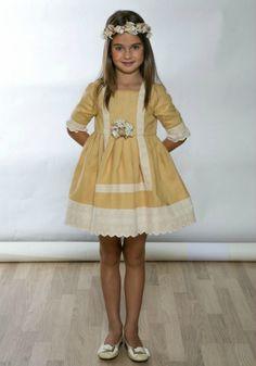 Este vestido de lino es algo más ligero que el borcado o el jacquard, pero tiene el mismo color mostaza que muchas de las paletas que dominan los colores de las bodas de otoño. La falda es de línea babydoll súper coqueta, y va rematda con un bajo de encaje. De Paqui Barroso (130,30 €)